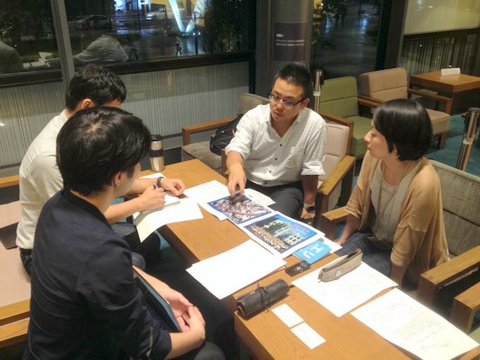 写真奥の左側:開発事業本部の助川覚さん 右側:資産営業事業本部の松本久美さん