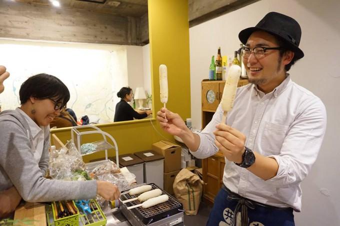 東京都内のイベントで秋田のお米をつかったきりたんぽを振舞う武田さん