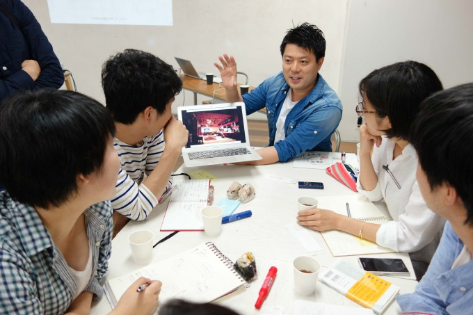 講演後、メンバーたちと議論を交わす菅原さん