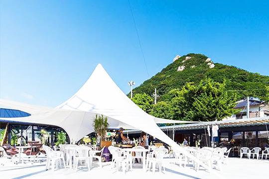 船でしか行くことができないプライベートビーチなど、僻地にあるキャンプ場を運営している「VILLAGE INC.」。一日一組しか予約を取らないキャンプ場で、最大収容人数100人以上、周りに民家もないので、個人パーティをはじめ結婚式や音楽フェスの開催にも使われていて人気を博しています。